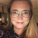 Kvinna med långt ljust hår och glasögon.